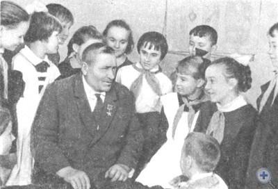 Герой Социалистического Труда комбайнер С. П. Железняк среди пионеров Максимилиановской средней школы, 1968 г.