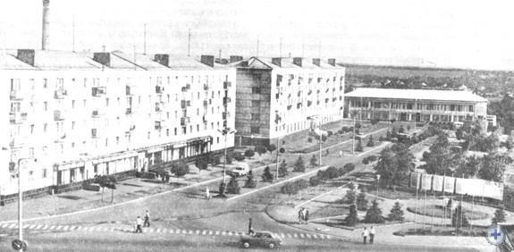 Одна из центральных улиц Снежного, 1975 г.