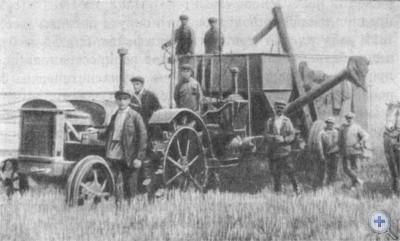 Первый комбайн в селе Великомихайловке Покровского района. 1933 г.