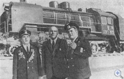 Бригада паровоза, поставленного на вечное хранение на станции Нижнеднепровск-Узел. 1975 г.