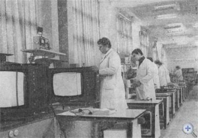 На участке настройки цветных телевизоров Днепропетровского радиозавода. 1977 г.