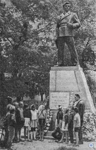 У памятника герою гражданской войны А. Г. Железнякову. 1967 г.