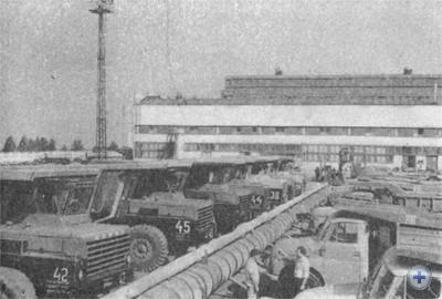 Стоянка автомобилей в Вольногорске. 1975 г.