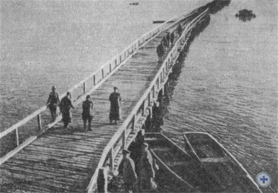 Переправа советских воинов через Днепр вблизи Аулов. Октябрь 1943 г.