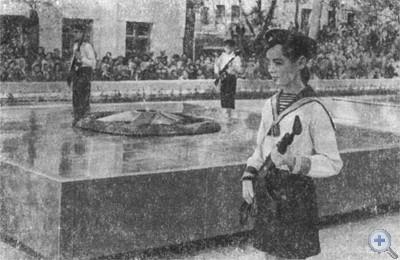 Открытие памятника советским воинам и партизанам, погибшим в годы Великой Отечественной войны. Марганец, 1975 г.