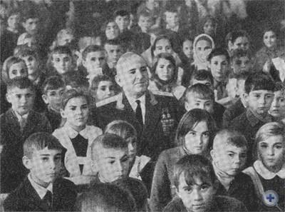 Дважды Герой Советского Союза генерал-лейтенант авиации П. А. Таран среди учеников Шолоховской средней школы, в которой он ранее учился. 1974 г.