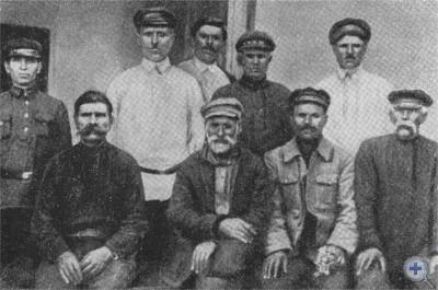 Группа знаменовских партизан, среди них активные борцы за Советскую власть Д. К. Герасименко (в первом ряду третий слева) и И. К. Герасименко (во втором ряду второй слева). Фото 1927 г.