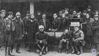 Комсомольцы Покровской ячейки на очистке семян для посева. 1928 г.