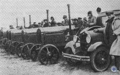 Трактористы Мечетнянской МТС изучают трактор «Интернационал», 1930 г.