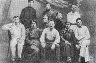 Члены первой комсомольской организации в Пятихатках. 20-е годы.