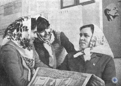 Доярка колхоза «Родина», наставница М. Н. Гусева с молодыми доярками. Меловое, 1976 г.