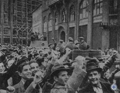 Жители Львова встречают Красную Армию. Сентябрь 1939 г.