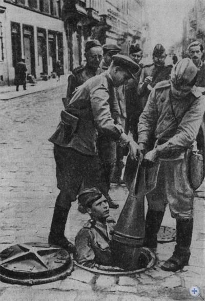 Извлечение бомб на улицах Львова в первые часы после освобождения от немецко-фашистских захватчиков. 1944 г.