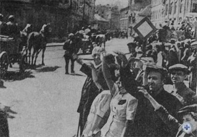 Трудящиеся Львова тепло встречают воинов-освободителей. Июль 1944 г.