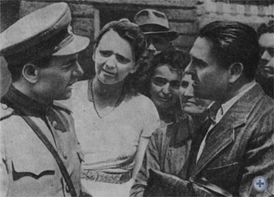 Секретарь Львовского обкома КП(б)У генерал-майор И. С. Грушецкий беседует с жителями освобожденного Львова. 1944 г.