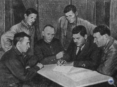 Подписание договора о социалистическом соревновании между командой теплохода «Молдавия» и рабочими Николаевского морского порта. 1937 г.