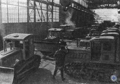Отгрузка бульдозеров на Николаевском заводе «Дормашина». 1980 г.