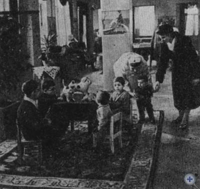 В вестибюле поликлинического отделения Николаевской городской детской больницы № 1. 1980 г.