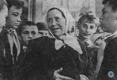 Мать Героя Советского Союза М. И. Москаленко Анна Ильинична среди пионеров Вольнозапорожской средней школы. 1964 г.