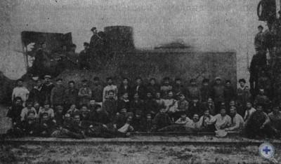 Рабочие Екатерининских мастерских у отремонтированного Красного бронепоезда. 1919 г.