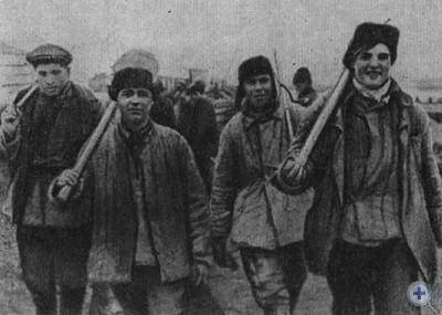 Прославленная бетонщица Е. М. Романько с членами бригады. Запорожье, 1930 г.