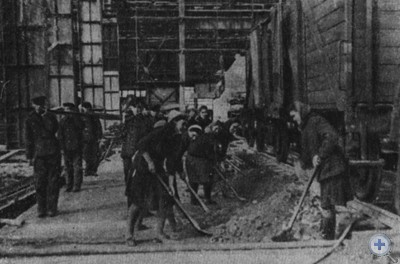 Жители Запорожья на субботнике по восстановлению завода «Запорожсталь», 1947 г.