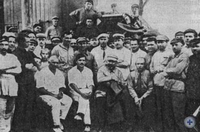 Председатель ВУЦИКа Г. И. Петровский среди рабочих авиационного завода. Запорожье, 1922 г.
