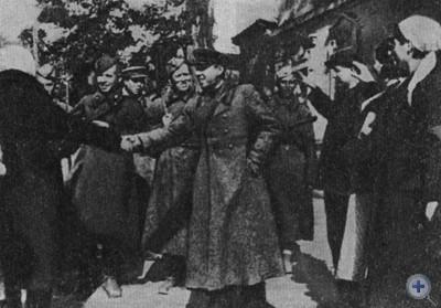 Жители города Запорожье встречают своих освободителей. Октябрь 1943 г.
