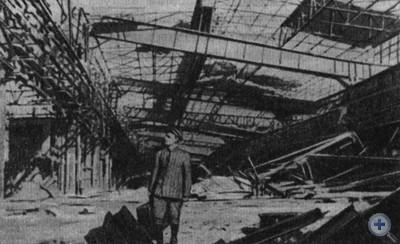 Демобилизованный старшина И. Г. Чаусов на разрушенном фашистами родном заводе. Запорожье, 1945 г.