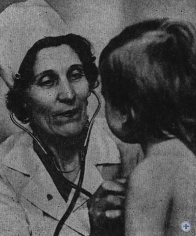 Герой Социалистического Труда врач-педиатр Е. А. Гречаная ведет прием. Запорожье, 1980 г.