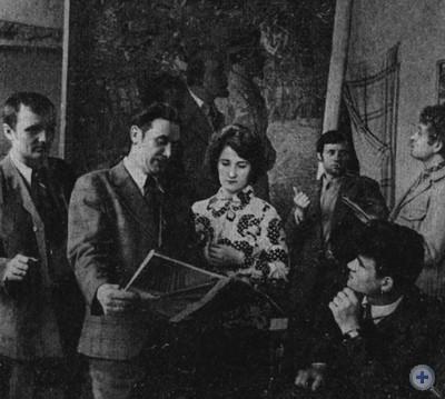 Заслуженный художник Украинской ССР Ф. Ф. Шевченко (второй слева) с молодыми коллегами. Запорожье, 1979 г.