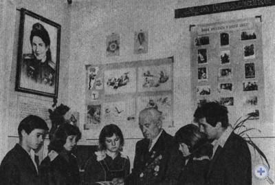 Почетный гражданин Молочанска П. К. Березинец среди красных следопытов в комнате боевой славы Марии Педенко. 1980 г.