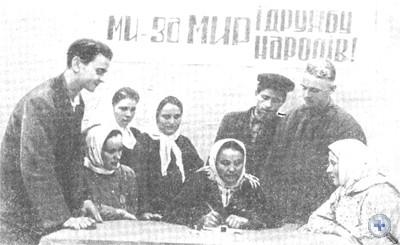 Колхозники ставят подписи под Стокгольмским воззванием мира. Пески, 1950 г.