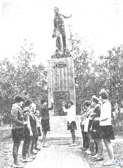 Памятник пионеру-подпольщику Васе Носакову, уроженцу села Покровского, 1969 г.