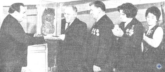 Вручение приза им. Паши Ангелиной представителям совхоза «Добропольский», 1975 г.