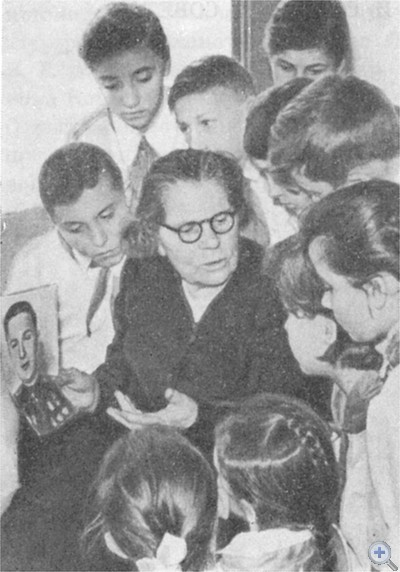 Мать Героя Советского Союза Л. Л. Шестакова — Мария Ивановка среди пионеров Авдеевской средней школы, 1967 г.