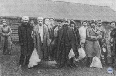 Г. И. Петровский среди политических заключенных. Якутский стан, август 1916 г.