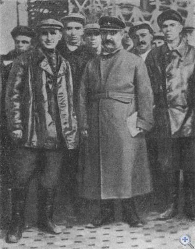 Г. К. Орджоникидзе среди рабочих Днепродзержинска. 1933 г.