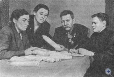 Знатный кукурузовод М. Е. Озерный с гостями из Воронежской области. 1955 г.