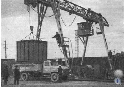 Погрузка контейнеров на станции Апостолово. 1976 г.