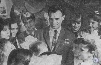 Встреча криворожских школьников с дважды Героем Советского Союза В. И. Михликом. 1975 г.