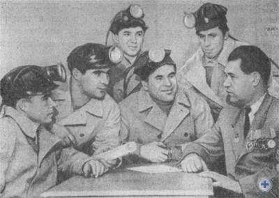 А. И. Семиволос среди молодых горняков Кривого Рога. 1965 г.