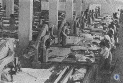 Раскройный цех Новомосковской швейной фабрики. 1977 г.