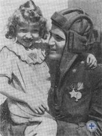 Старшина-танкист Ф. Г. Пашинский с девочкой Зденкой в освобожденном чехословацком городе Раковник. 9 мая 1945 г.