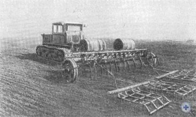 Обработка грунта о одновременным внесением удобрений в колхозе «Рассвет». Вербки, 1976 г.