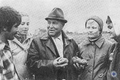 Агроном-овощевод Герой Социалистического Труда И. Я. Онуфриенко рассказывает студентам об успехах колхозников. Калиновка, 1976 г.