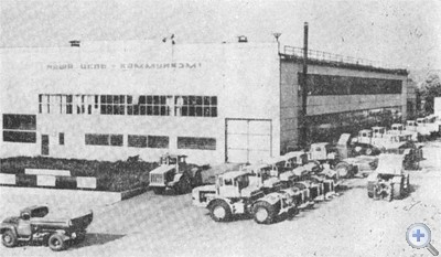 Мастерская по ремонту тракторов при районном объединении «Сельхозтехника». 1976 г.