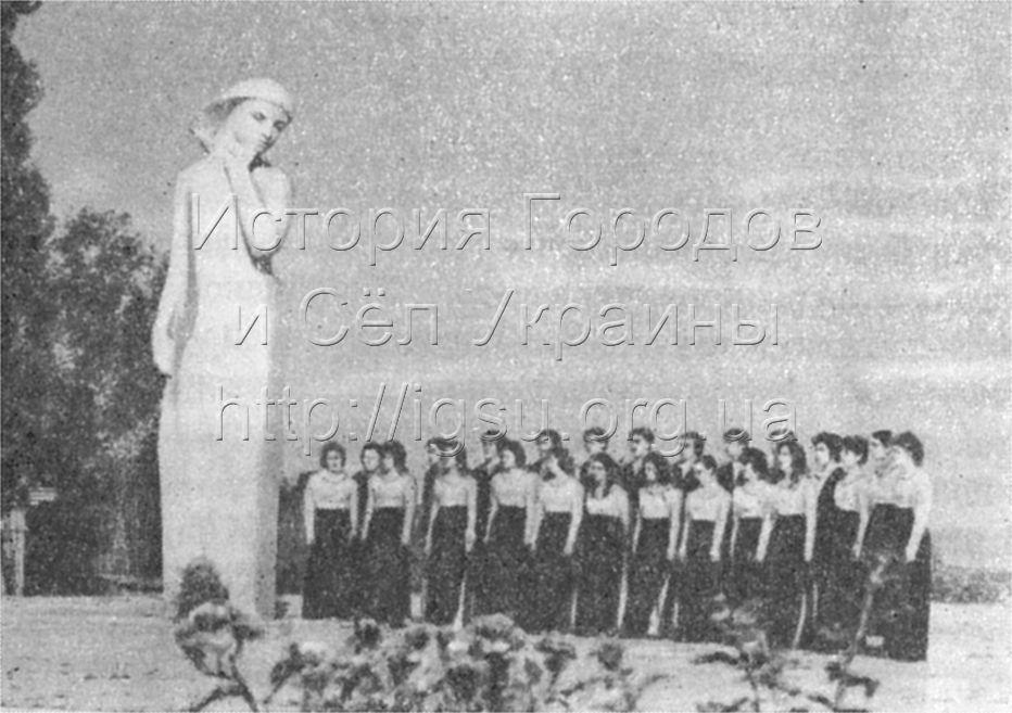 Памятник студентам, погибшим в годы Великой Отечественной войны. Днепропетровск, 1976 г.