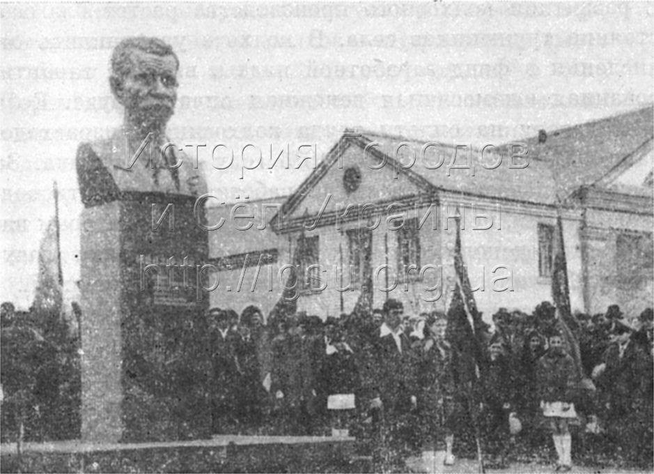 Открытие бюста Герою Социалистического Труда М. Е. Озерному в селе Мишурином Роге. 1977 г.