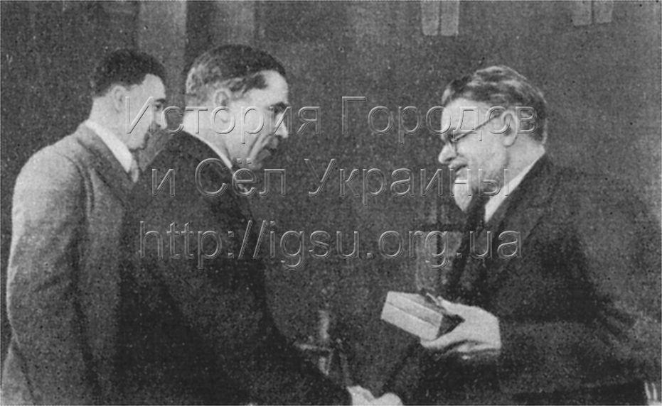 М. И. Калинин вручает представителям Криворожского металлургического завода орден Трудового Красного Знамени. 1939 г.